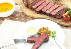 黒毛和牛サーロインポンドグリルドステーキと人参とカボチャのカロチンポタージュ