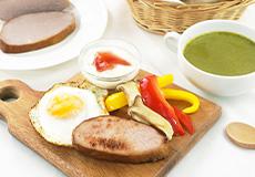 ホエー豚無塩せきロースハムとほうれん草とブロッコリーのスープ